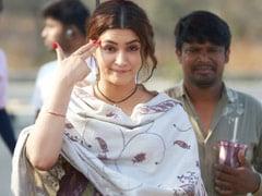 Kriti Sanon's <I>Mimi</I> Reviewed By Her <I>Bhediya</i> Co-Star Varun Dhawan