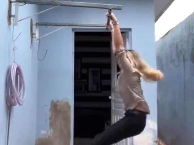 Videos : एक्सरसाइज करते हुए गिरी महिला, उड़ गए होश