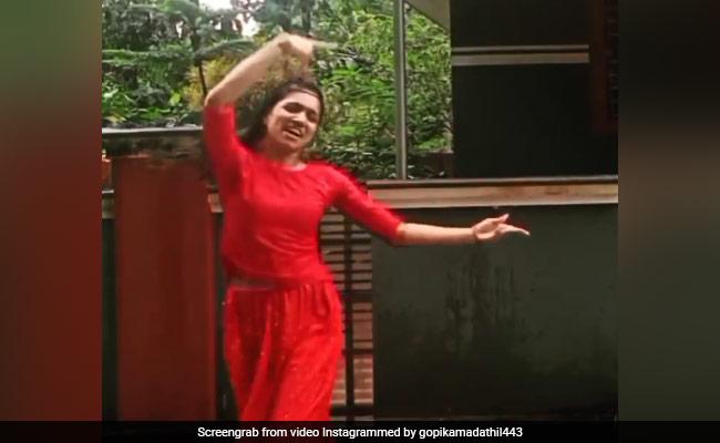 ऐश्वर्या राय के 'बरसो रे' गाने पर इस लड़की ने बारिश में यूं झूमकर किया डांस, देखें वीडियो