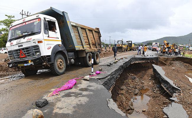 Mumbai-Bengaluru Highway Shut For 3rd Day Due To Rain, Around 2,000 Vehicles Stranded
