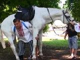 Video: घोड़े को अपने कंधे पर बैठाकर चलता है ये शख्स