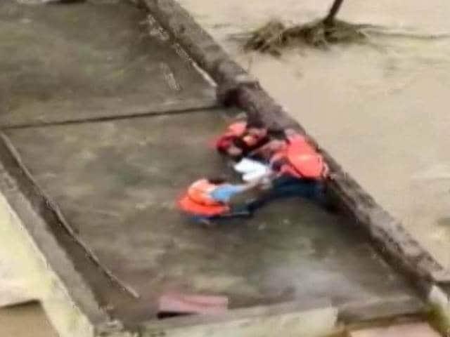 Video : Watch: Madhya Pradesh Minister Tries Flood Rescue, Fails, Calls Chopper