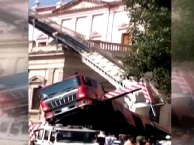 Video : 3 Killed As Trolley Of Crane Breaks While Installing National Flag In Gwalior