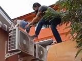 Video: छत पर लगे AC में फंस गया था कुत्ता, लोगों ने ऐसी बचाई जान