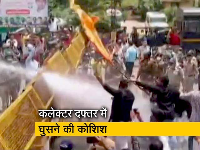 Videos : मध्यप्रदेश में धार्मिक आयोजनों की इजाजत नहीं देने के खिलाफ इंदौर में कांग्रेस का प्रदर्शन