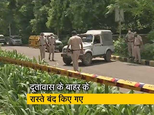 Videos : दिल्ली: अफगानी दूतावास की सुरक्षा बढ़ी, रिश्तेदारों की खैर-खबर लेने पहुंच रहे अफगान नागरिक