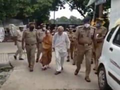 उत्तर प्रदेश : बेटे-बहू ने बुजुर्ग जोड़े को घर से निकाला, पुलिस कमिश्नर ने वापस पहुंचाया