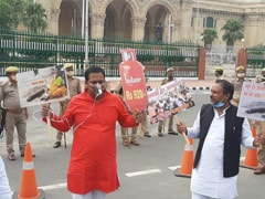 """Samajwadi Party Protests Against UP Government Over Covid """"Mismanagement"""""""