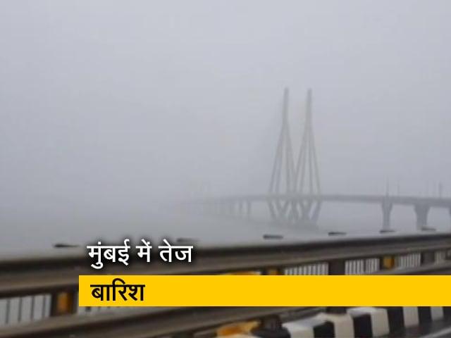 Video : मुंबई में तेज बारिश, कुछ देर बादलों में छुपी रही बड़ी-बड़ी इमारतें