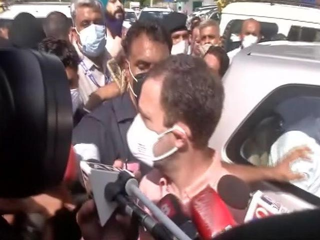 """Video : """"I'm With Them"""": Rahul Gandhi Meets Family Of Delhi Girl Allegedly Raped, Killed"""