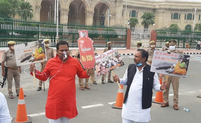 Samajwadi Party Protests Against UP Government Over Covid 'Mismanagement'