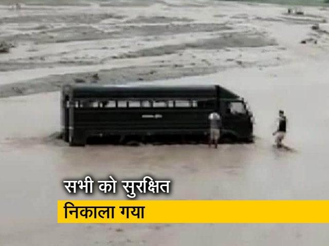 Video : उत्तराखंड: बाढ़ में फंसी कैदियों से भरी पुलिस वैन, बुलानी पड़ी क्रेन