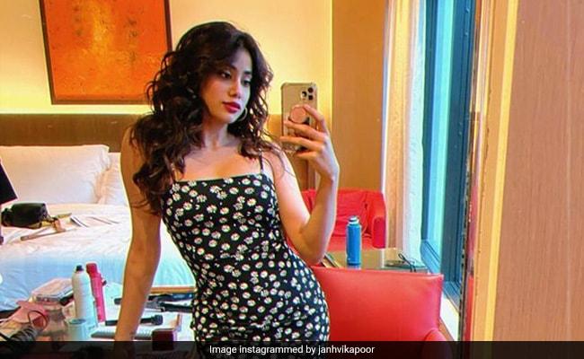 Leave It To Janhvi Kapoor To Rock Every Mirror Selfie
