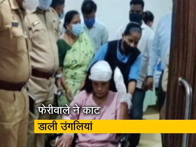 Video : ठाणे में अतिक्रमण हटाने के दौरान अवैध फेरीवाले ने किया हमला, महिला अधिकारी की काट डाली उंगलियां