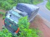 Video : तेज रफ्तार में जा रहा था सामान से भरा ट्रक, बीच सड़क में पलटा