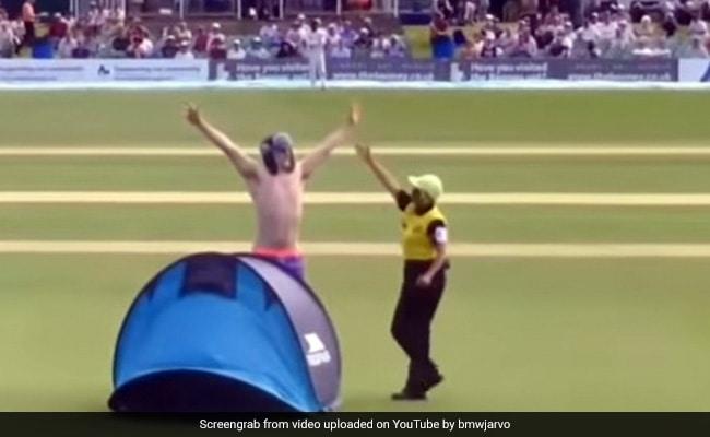 Video: लाइव मैच में शख्स ने मैदान के अंदर जाकर लगा दिया