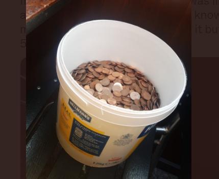 ये शख्स एक सप्ताह से मालिक से सैलरी मांग रहा था, बदले में मालिक ने सिक्कों से भरी बाल्टी दे दी