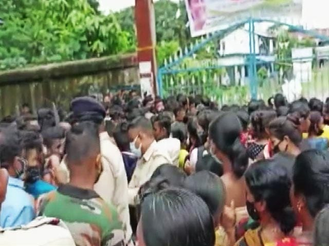 Video : Hundreds Rush To Vaccination Centre In West Bengal, 20 Injured In Stampede