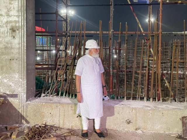 Video : PM Visits Parliament Building Construction Site At Night, Inspects Work