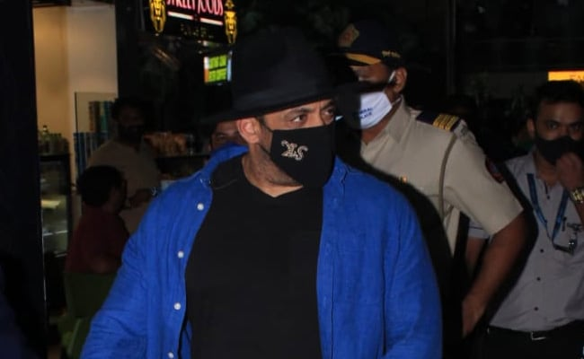 Salman Khan Flew Back To Mumbai After Tiger 3 Schedule, The Internet Noticed This Tiny Detail About His Mask