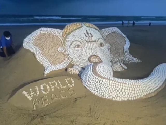 Video : Watch: Sudarsan Pattnaik Creates Sand Art Of Lord Ganesha With 7,000 Seashells