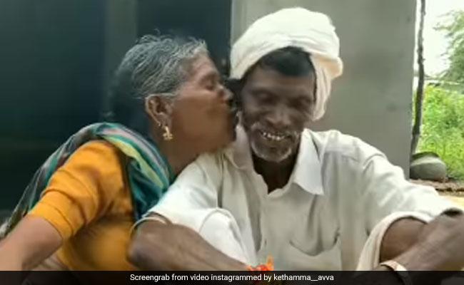 दादी ने बगल में बैठे दादा को चुपके से कर लिया Kiss, तो शरमा गए दादा, लोग बोले- सच्चा प्यार कभी खत्म नहीं होता – देखें Video