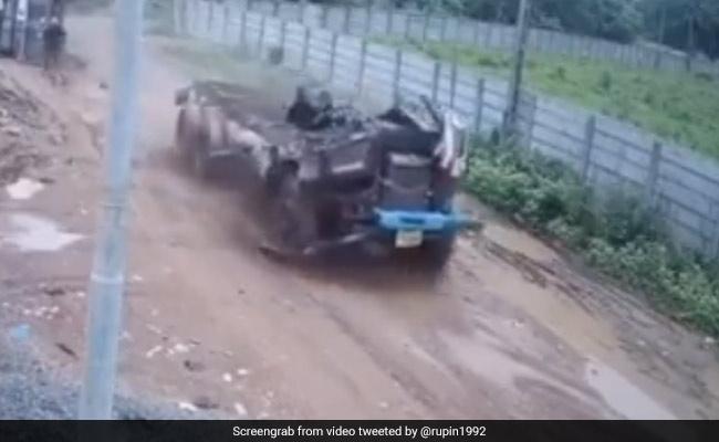 सड़क पर जैसे ही पलटा सामान से लदा ट्रक, पलटते ही उड़ गया ट्रक का आधा हिस्सा, IPS बोला – शरीर छोड़कर चली गई आत्मा – देखें Video