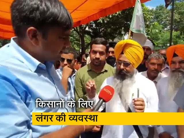 Video : मिनी सचिवालय के बाहर धरना दे रहे किसानों के लिए गुरुद्वारों ने लगाए लंगर