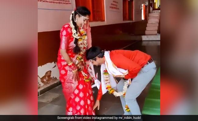 दूल्हे ने शादी के बाद लिया दुल्हन का आशीर्वाद, नीचे झुककर छुए दुल्हन के पैर, लोग बोले- दिल जीत लिया –
