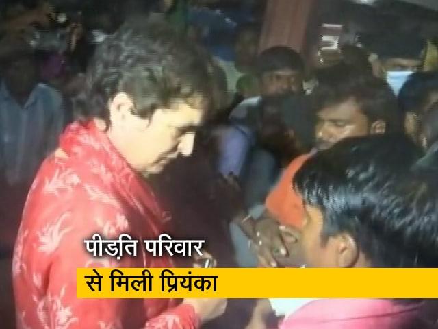 Video : प्रियंका गांधी ने अमेठी में पीड़ित परिवार का बंधाया ढांढस, दीवार में दबकर 3 बच्चों की हो गई थी मौत