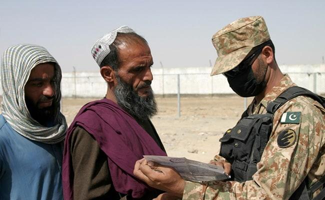 काबुल हवाईअड्डा बंद होने से भयभीत अफगान सीमा के लिए हाथापाई