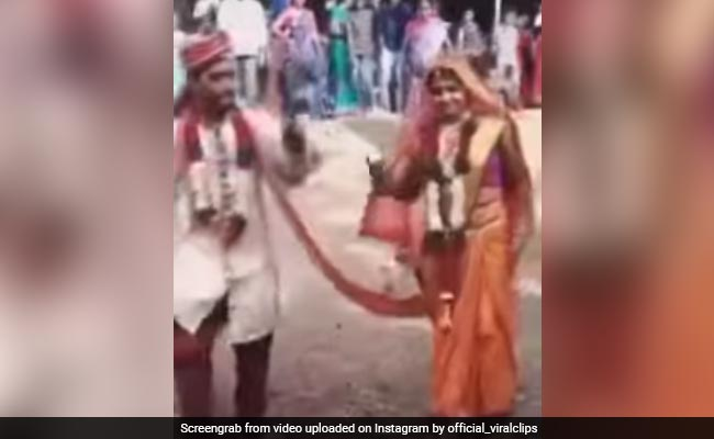 दूल्हा-दुल्हन ने शादी के बाद किया धमकेदार डांस, कूद-कूदकर लगाए जबरदस्त ठुमके, लोग बोले- कंट्रोल नहीं कर पा रहे खुशी – देखें Video