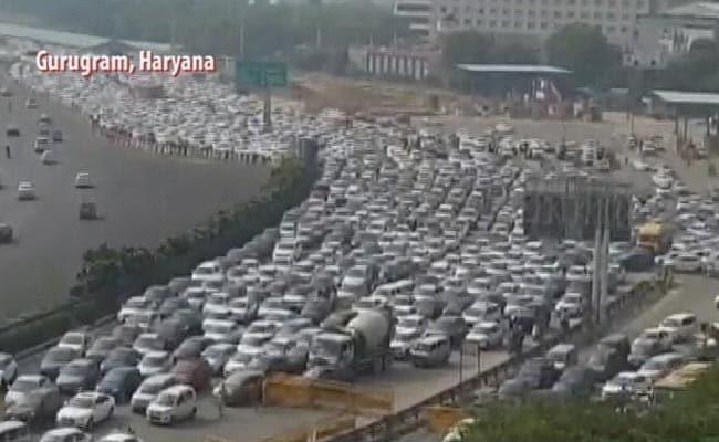 Delhi-NCR में भीषण जाम से लोग परेशान, भारत बंद के दौरान बॉर्डर पर लगा वाहनों की लंबी कतारें