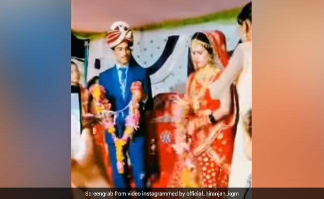 बिना मर्जी के हो रही थी शादी, तो नाराज दुल्हन ने वरमाला के साथ किया ऐसा खिलवाड़, लोग बोले- ये नहीं टिकने वाली - देखें Funny Video