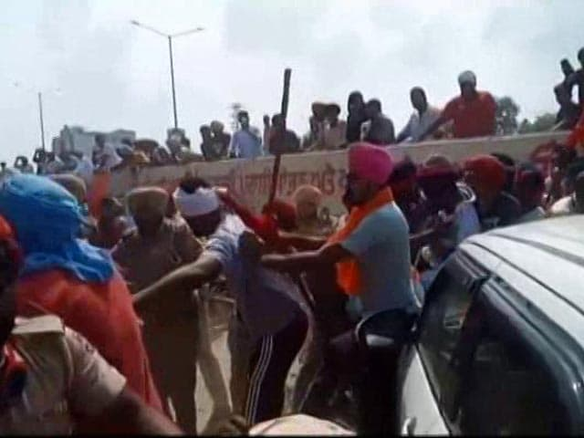 Video : Farmers, Cops Faceoff Ahead Of Akali Dal President's Rally In Punjab's Moga