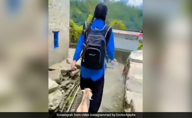लड़की जा रही थी स्कूल, तो पूरे रास्ते उसके पीछे-पीछे गई बकरी, फिर किया कुछ ऐसा, Video ने जीता लोगों का दिल