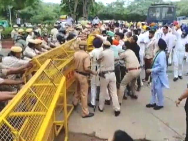 Video : Delhi Police Diverts Traffic In View Of Akali Dal's Protest On Farm Laws