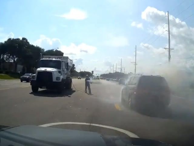 Video : सड़क पर खड़ी गाड़ी में लग गई आग, फिर वॉटर टैंकर ने ऐसे की मदद