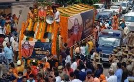 महंत नरेंद्र गिरि की अंतिम यात्रा में उमड़े लोग, मठ में दी जाएगी समाधि