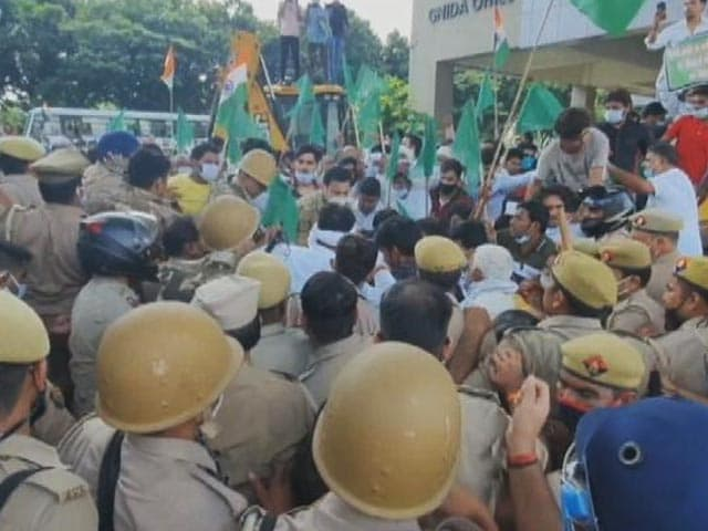 Video : UP Farmers Protest Against Inadequate Compensation