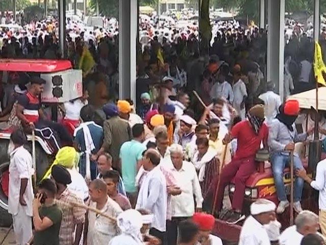 Video : Talks Failed, Farmers March Towards Mini-Secretariat In Haryana