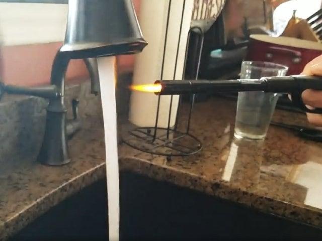 Videos : किचन के सिंक से अचानक निकलने लगी गैस, फिर हुआ कुछ ऐसा