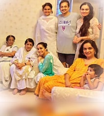 In Shraddha's Fam-Jam Pic, Lata Mangeshkar Is The Centre Of Attention