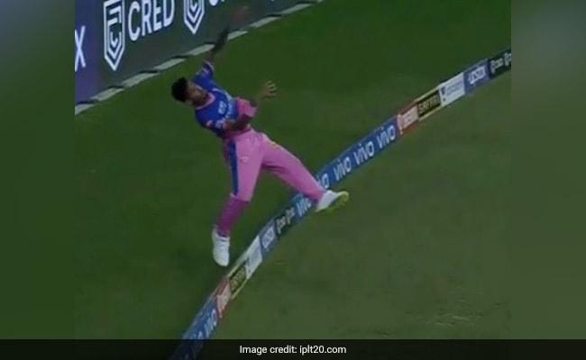 IPL 2021: मुस्ताफिजुर ने छक्के के लिए जा रही गेंद को रोकने के लिए खुद को बना लिया