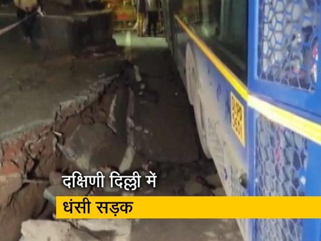 Video : दक्षिणी दिल्ली के अधचिनी में अचानक धंसी सड़क, गड्ढे में समाई DTC बस