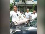 Video : Watch: Mumbai Man Drives Off With Cop On Bonnet To Dodge Traffic Fine