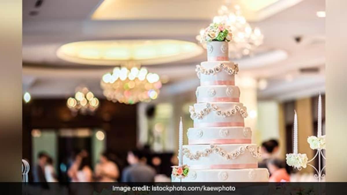 नवविवाहितों ने शादी के केक के दूसरे टुकड़े के लिए £3.66 का भुगतान करने का अनुरोध मेहमानों के मुंह में कड़वा स्वाद छोड़ दिया