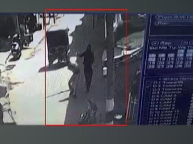 Video : CCTV Shows Terrorist Firing At Srinagar Cop, He Died In Line Of Duty