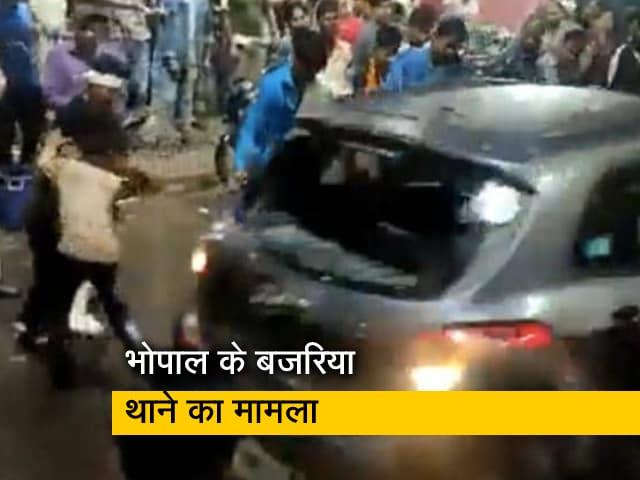 Videos : MP में दुर्गा विसर्जन के दौरान भीड़ में घुसी तेज रफ्तार कार, 3 को रौंदा
