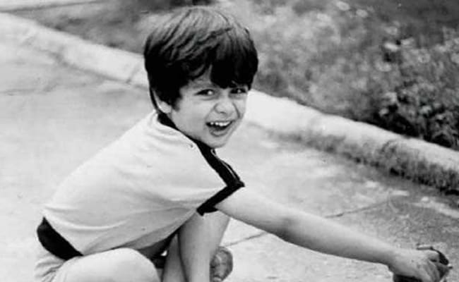Today this child sitting on the road is the shining star of Bollywood, if you are a Bollywood lover, show it by name.